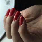 Классическое гель-лаковое покрытие в красном цвете