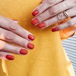 Маникюр с красным покрытием гель-лаком и пенным дизайном