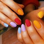 Разноцветный маникюр с матовым топом